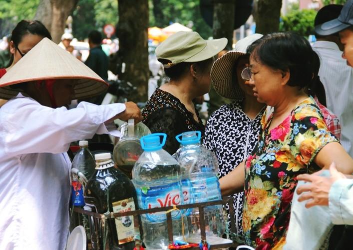 Anh: Xuc dong ba lao phat quan ao, nuoc uong mien phi o Ha Noi-Hinh-11