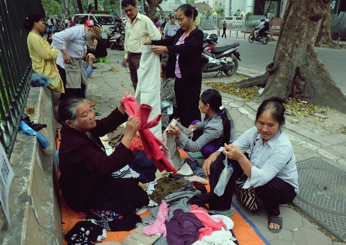 Anh: Xuc dong ba lao phat quan ao, nuoc uong mien phi o Ha Noi
