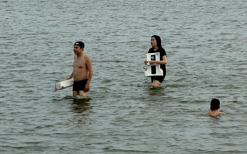 Anh: Nguoi Ha Noi dua cho xuong tam o ho Tay vi nang nong-Hinh-2