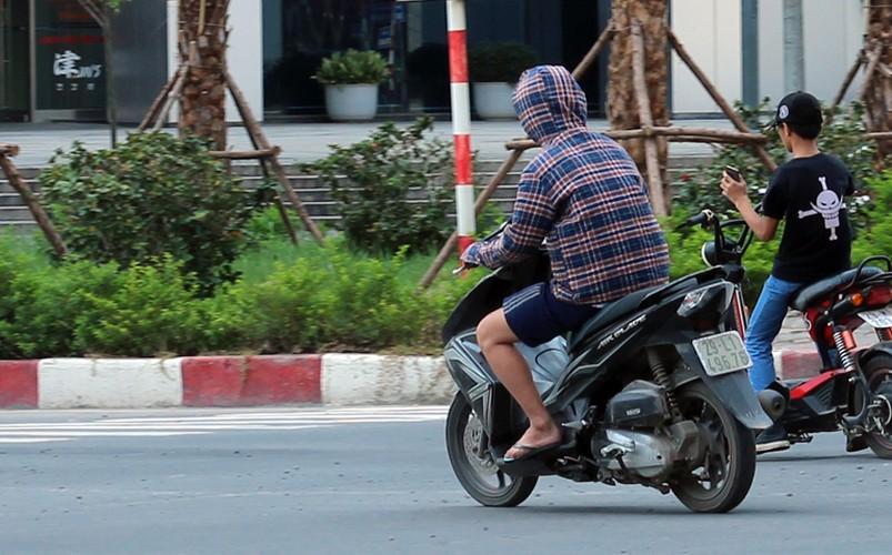 Anh: Nang nong thieu dot o Ha Noi khien dan ong phai lam viec nay-Hinh-11