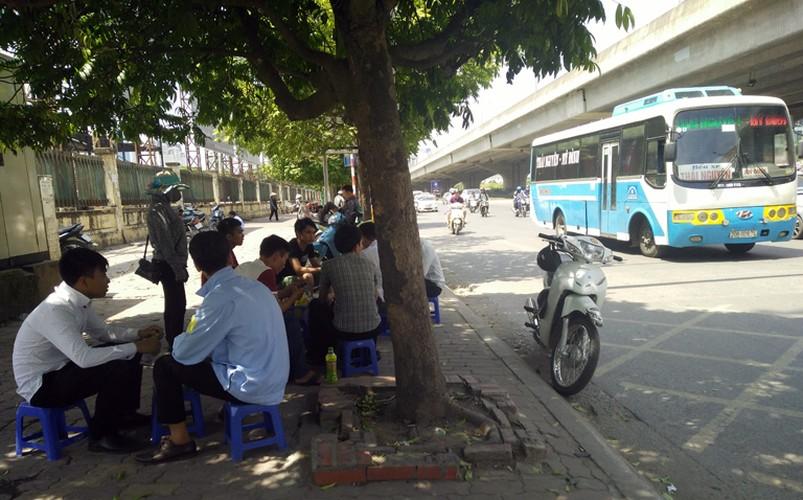 Anh: Nang nong thieu dot o Ha Noi khien dan ong phai lam viec nay-Hinh-12