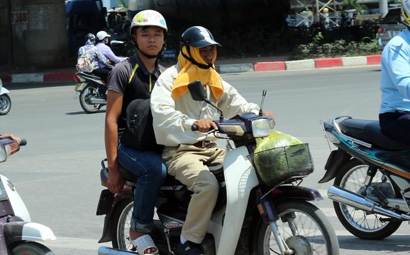 Anh: Nang nong thieu dot o Ha Noi khien dan ong phai lam viec nay-Hinh-3