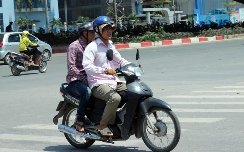 Anh: Nang nong thieu dot o Ha Noi khien dan ong phai lam viec nay-Hinh-4