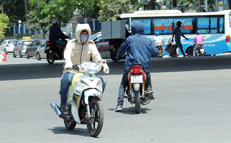Anh: Nang nong thieu dot o Ha Noi khien dan ong phai lam viec nay-Hinh-5