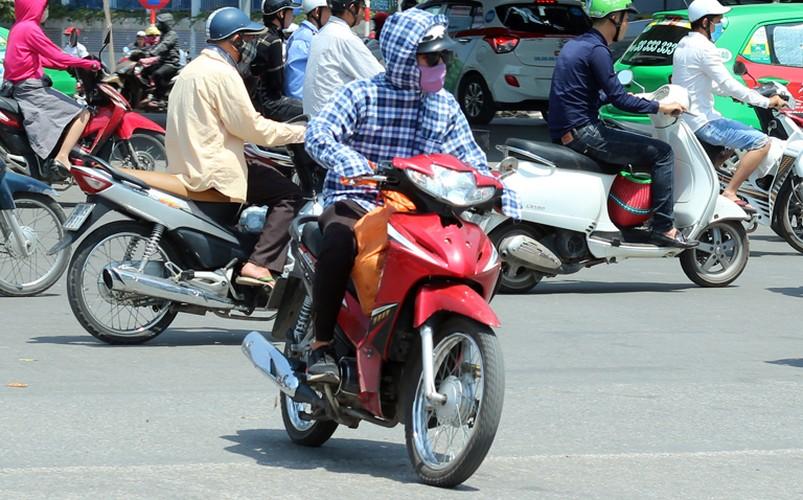Anh: Nang nong thieu dot o Ha Noi khien dan ong phai lam viec nay-Hinh-6