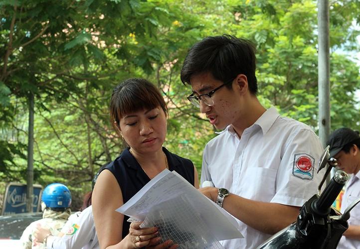 Anh: Thi sinh cuoi rang ro sau thi vao lop 10 mon Ngu van-Hinh-10