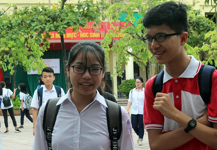 Anh: Thi sinh cuoi rang ro sau thi vao lop 10 mon Ngu van-Hinh-6