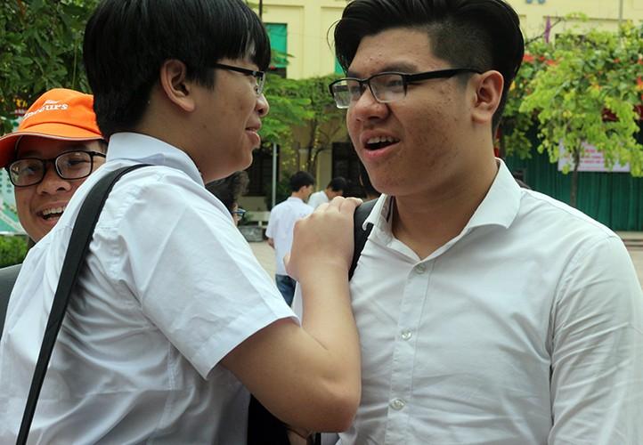 Anh: Thi sinh cuoi rang ro sau thi vao lop 10 mon Ngu van-Hinh-8