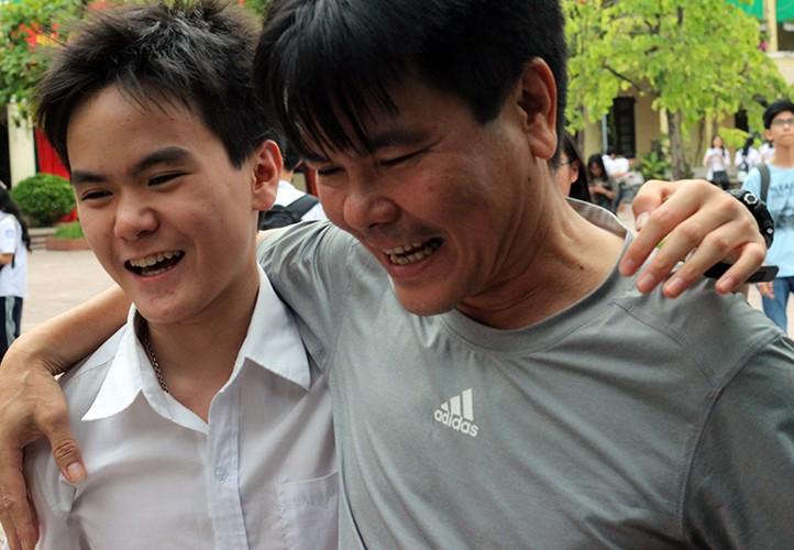 Anh: Thi sinh cuoi rang ro sau thi vao lop 10 mon Ngu van-Hinh-9