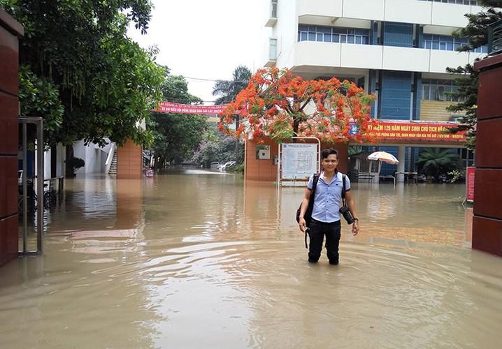 Chum anh: Phong vien bang rung loi suoi tac nghiep-Hinh-4