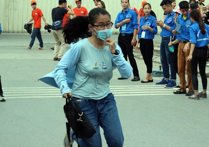 Thi THPT Quoc gia 2017: Nhieu thi sinh lao nhu bay vi den muon-Hinh-12