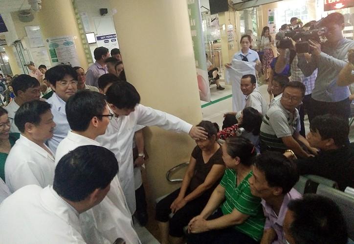 Anh: PTT Vu Duc Dam kiem tra tinh hinh benh nhan sot xuat huyet-Hinh-10
