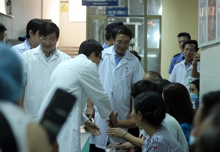 Anh: PTT Vu Duc Dam kiem tra tinh hinh benh nhan sot xuat huyet-Hinh-9