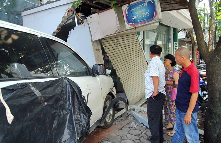 Kinh hoang o to dam thung tuong nha dan o Ha Noi-Hinh-7