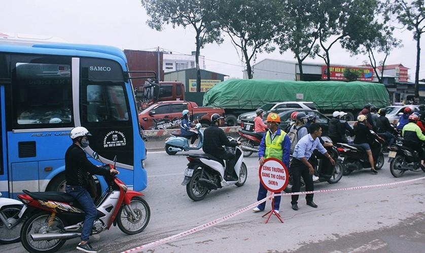 Can canh chat ha, di chuyen cay xanh tren duong Pham Van Dong-Hinh-11