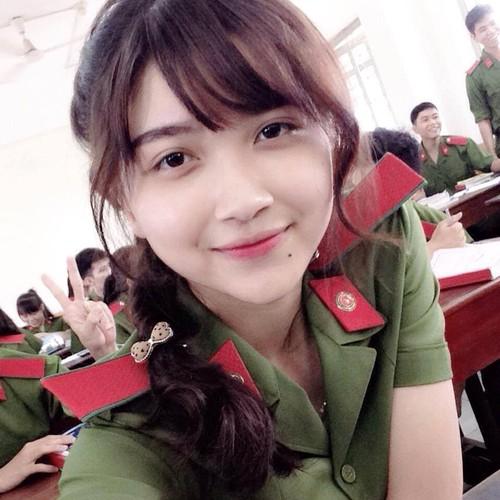 """Nu sinh canh sat co not ruoi duyen, """"xinh nhat Dong Nam Bo"""""""