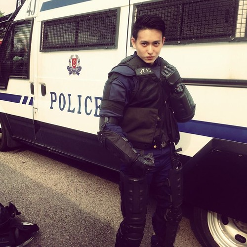 Hot boy canh sat san bay khien nhieu chi em mat ngu-Hinh-5