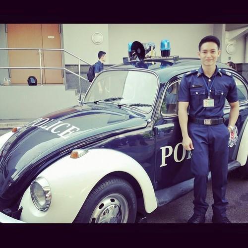 Hot boy canh sat san bay khien nhieu chi em mat ngu-Hinh-6