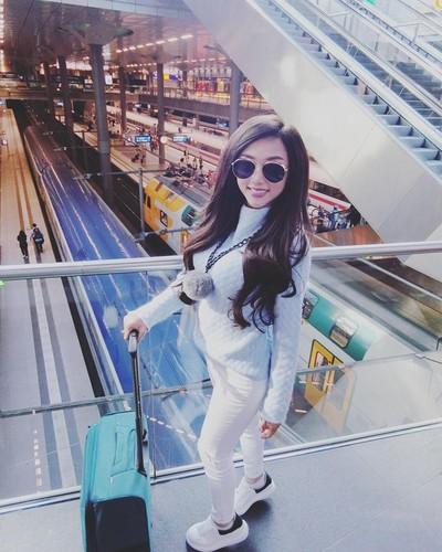 "Nu DJ Viet gay tranh cai voi chuyen di chau Au gia ""beo""-Hinh-10"