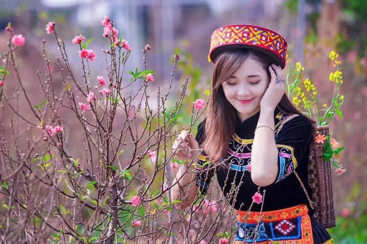 """Hot girl dan toc"" khoe sac trong vuon hoa dao Tet-Hinh-7"