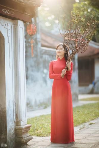 """Hot girl dan toc"" khoe sac trong vuon hoa dao Tet-Hinh-8"
