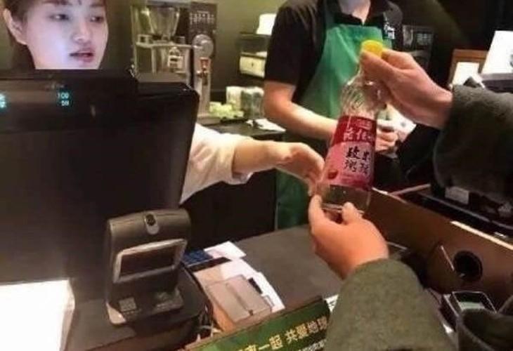 Starbucks giam gia, nguoi nguoi mang xo, chau, can nuoc di mua-Hinh-4