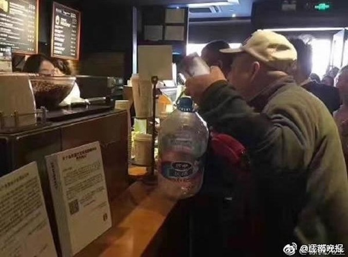 Starbucks giam gia, nguoi nguoi mang xo, chau, can nuoc di mua-Hinh-6