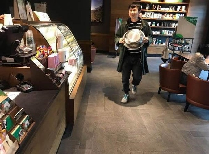 Starbucks giam gia, nguoi nguoi mang xo, chau, can nuoc di mua-Hinh-7