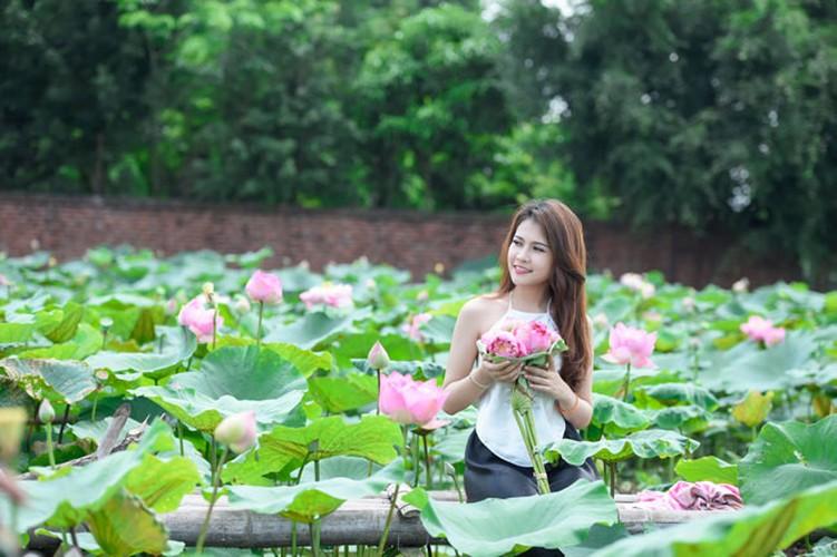 Nu sinh Lao khoe dang ngoc ben ao sen Ha Noi-Hinh-10