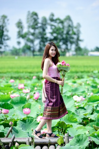 Nu sinh Lao khoe dang ngoc ben ao sen Ha Noi-Hinh-11