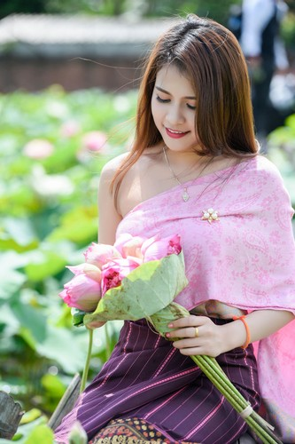 Nu sinh Lao khoe dang ngoc ben ao sen Ha Noi-Hinh-2
