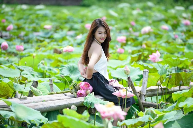 Nu sinh Lao khoe dang ngoc ben ao sen Ha Noi-Hinh-3