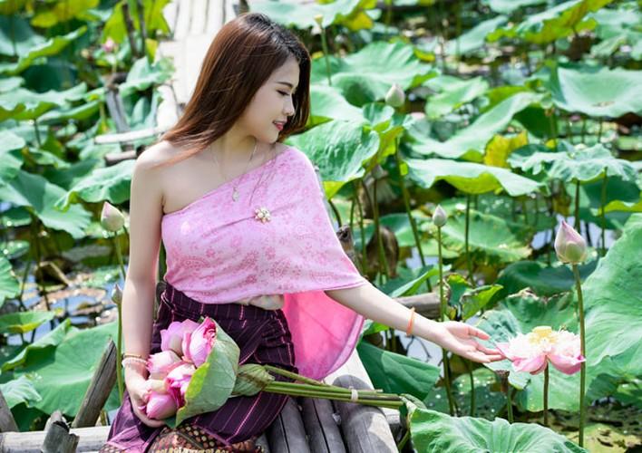 Nu sinh Lao khoe dang ngoc ben ao sen Ha Noi-Hinh-4