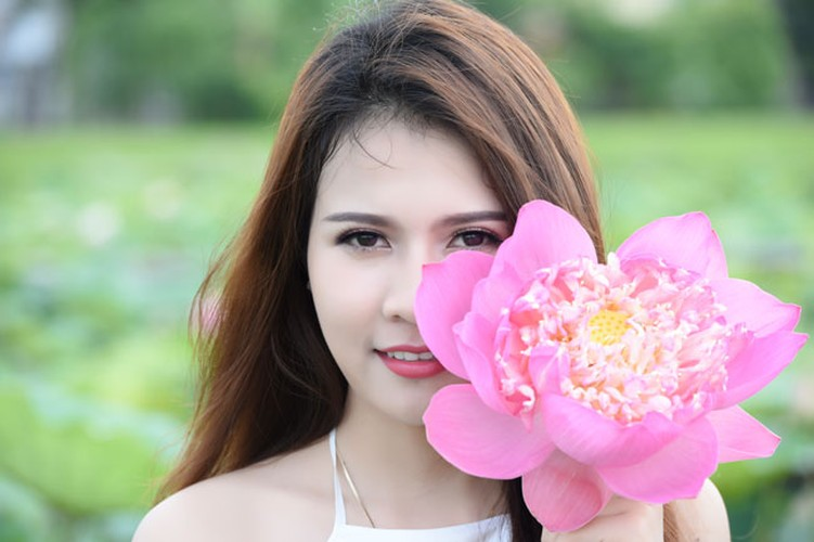 Nu sinh Lao khoe dang ngoc ben ao sen Ha Noi-Hinh-5
