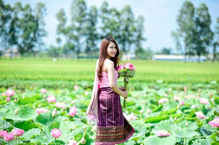 Nu sinh Lao khoe dang ngoc ben ao sen Ha Noi-Hinh-6