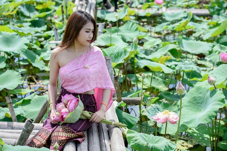 Nu sinh Lao khoe dang ngoc ben ao sen Ha Noi-Hinh-7