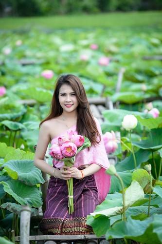 Nu sinh Lao khoe dang ngoc ben ao sen Ha Noi-Hinh-9