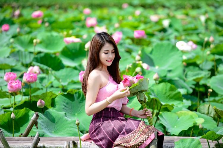 Nu sinh Lao khoe dang ngoc ben ao sen Ha Noi