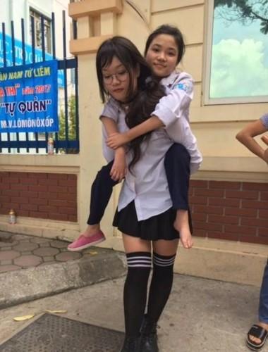 Chan dung nu sinh cong ban vao phong thi duoc khen ngoi-Hinh-2