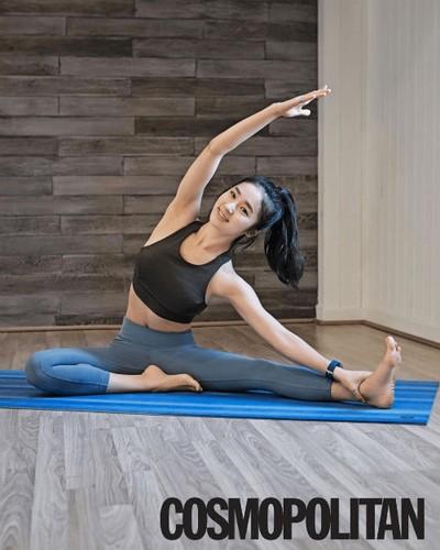 Nu giao vien yoga va than hinh muot mat hop hon nam gioi-Hinh-7