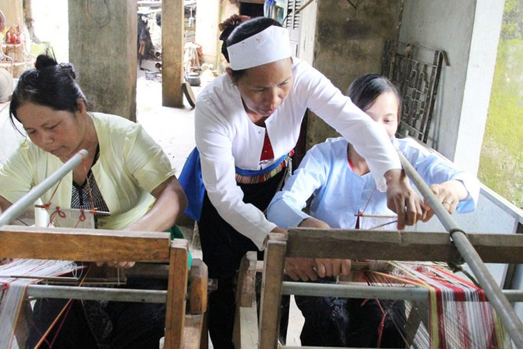 """Phan ma hong xu Muong """"danh lieu"""" voi nghe det tho cam-Hinh-2"""