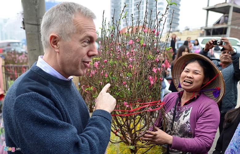 Anh: An tuong Dai su My tha ca va di cho hoa Ha Noi-Hinh-6