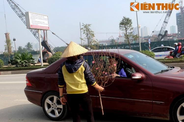 Anh: Tet ve tren nhung xe cho dao rong tren pho Ha Noi-Hinh-14