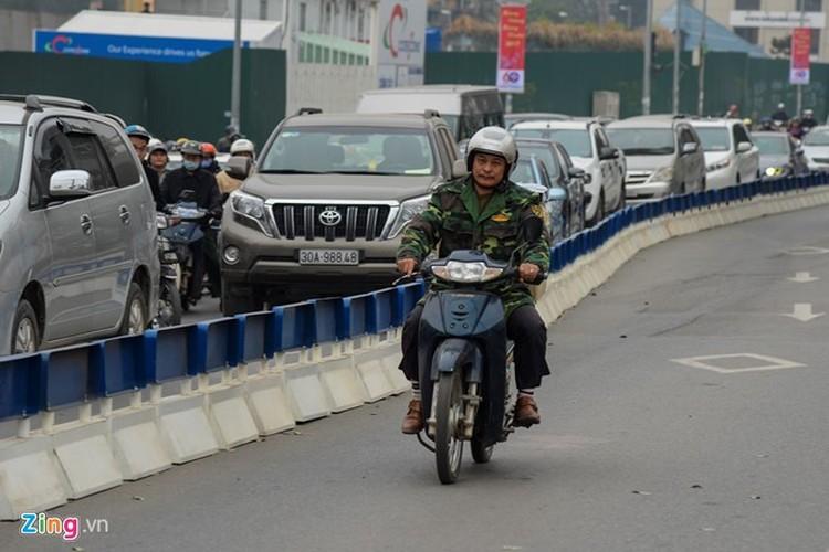 Anh: Oto, xe may phong vun vut trong lan buyt nhanh du duong vang-Hinh-5
