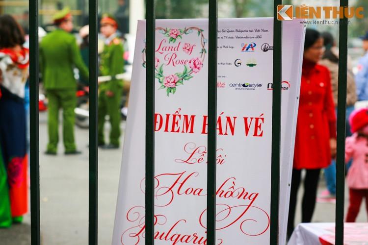 Ha Noi: Nguoi dan va vat cho xem Le hoi hoa hong Bulgaria-Hinh-12