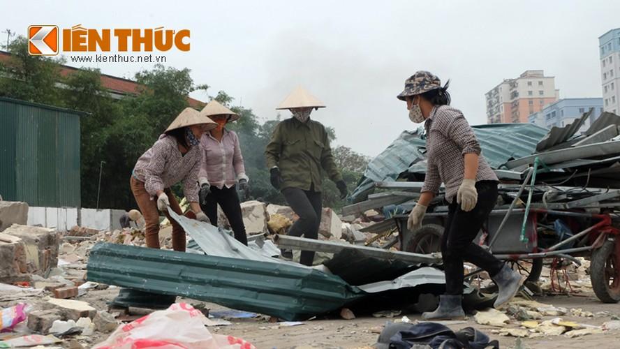 "Anh: Nguoi dan ""thau"" bai dong nat khong lo tren via he Ha Noi-Hinh-12"