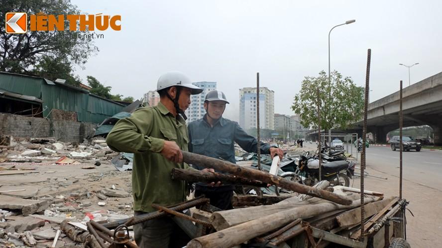 "Anh: Nguoi dan ""thau"" bai dong nat khong lo tren via he Ha Noi-Hinh-17"