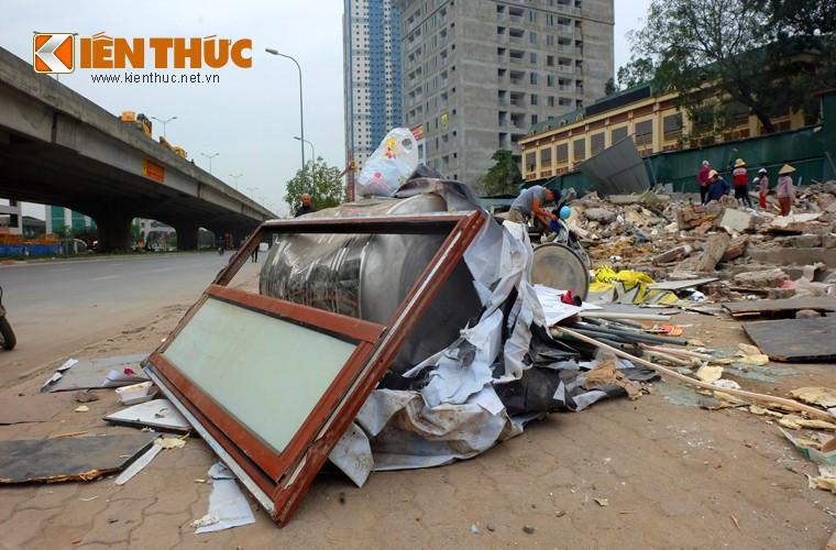 "Anh: Nguoi dan ""thau"" bai dong nat khong lo tren via he Ha Noi-Hinh-18"