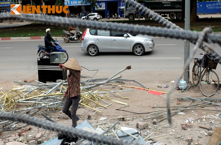 "Anh: Nguoi dan ""thau"" bai dong nat khong lo tren via he Ha Noi-Hinh-7"