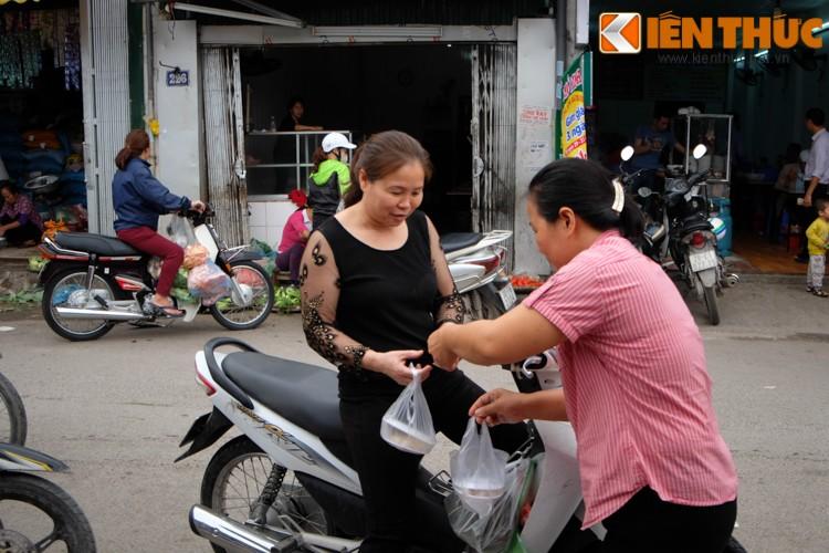 Anh: Nguoi Ha Noi xep hang dai mua banh troi banh chay-Hinh-16
